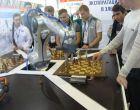 сеанс одновременной игры в шахматы гимназистов и робота